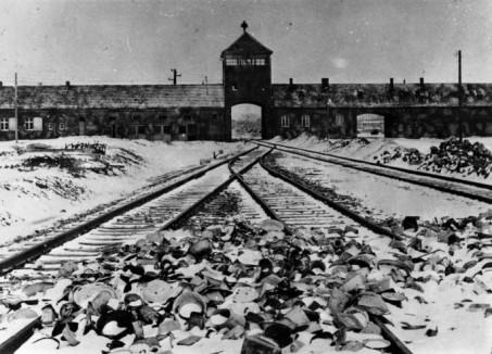 Bundesarchiv_B_285_Bild-04413,_KZ_Auschwitz,_Einfahrt